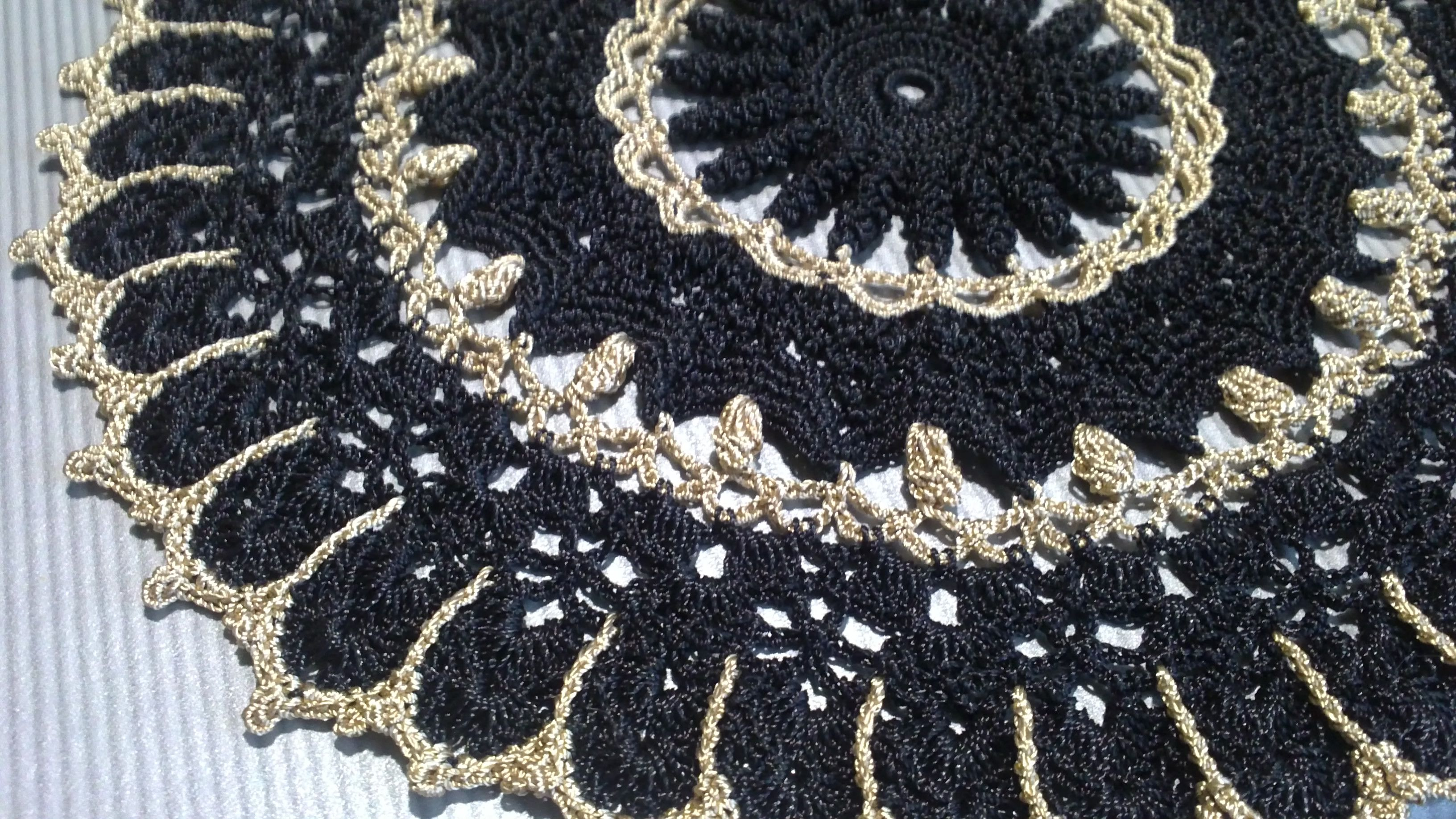 gift doily jour gold knitting black