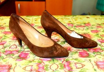 Woman's court shoes