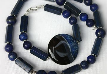 A set of jewelries with agate and lazuli