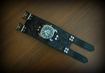 Men's watch with wide wristlet