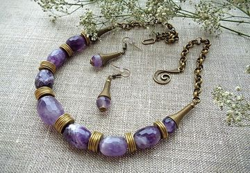 Necklace and earrings with jam-cut amethyst