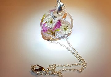 Silver necklace with pendant in transparent resin and real flowers
