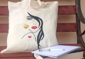 Shopping bag. Hand-painted beh with a domande esce. A heart-shaped pendant ha vedi Le an earring