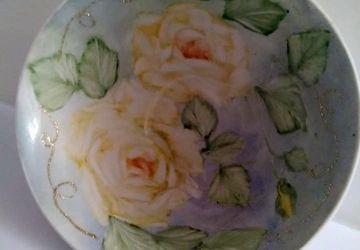 ciotola in porcellana dipinta mano ,soggetto rose gialle su fondo blu