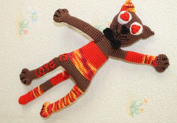 Enamoured cat knitted toy