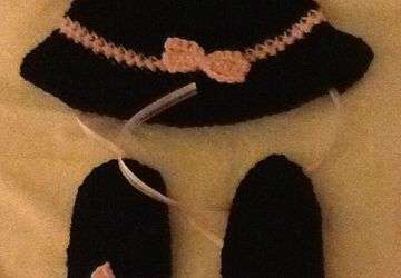 black with pink trim spy hat and thumbless mittens
