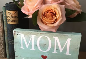 Mom the heart of the family Sign | Wooden Sign | Farmhouse Sign | Rustic wooden sign | Mothers Day | Gifts for her