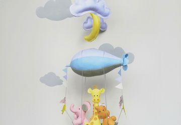 ANIMALS IN AIRSHIP BABY MOBILE/WOODLAND BABY MOBILE/BABY SHOWER GIFT